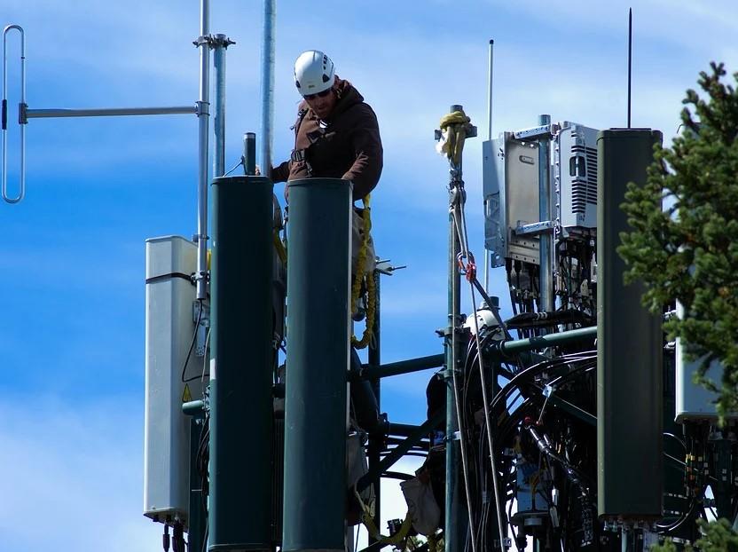 un homme travaillant sur des antennes téléphoniques pour la 5G